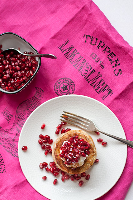 Blueberry pancakes wiAmerikanska pannkakor med granatäpple, honung, ricotta. Det blir bara pannkaka.