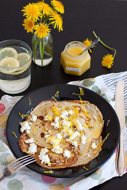 Pancakes with dandelion, honey and feta cheese. Maskrospannkakor med honung och fetaost.  Det blir bara pannkaka.