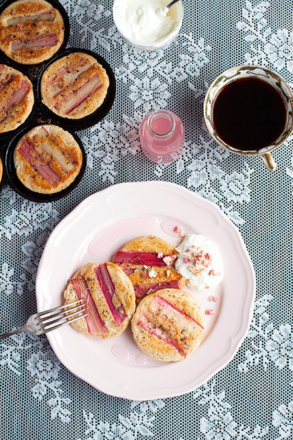 Pancakes with rhubarb, rhubarb syrup and greek yoghurt. Rabarberpannkakor med rabarbersirap och grekisk yoghurt.  Det blir bara pannkaka.