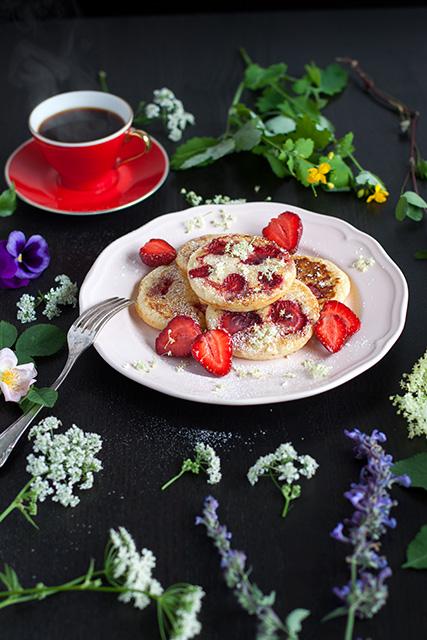 Mini pancakes with elderberry and strawberries. Amerikanska minipannkakor med fläder och jordgubbar.  Det blir bara pannkaka.