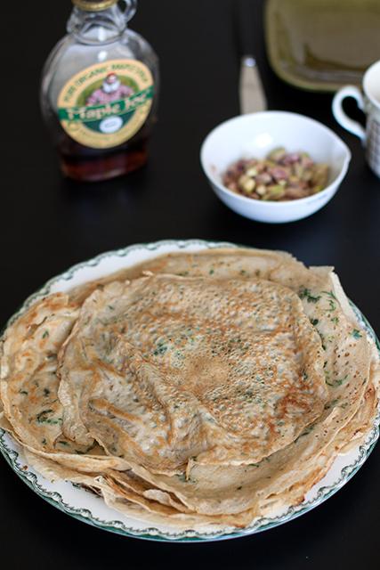 PNässelpannkakor med sirap och pistagenötter.   Det blir bara pannkaka.