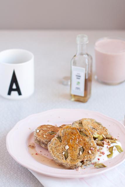 Chia- och rabarberpannkakor kardemumma gräddfil kvannesirap.  Det blir bara pannkaka.