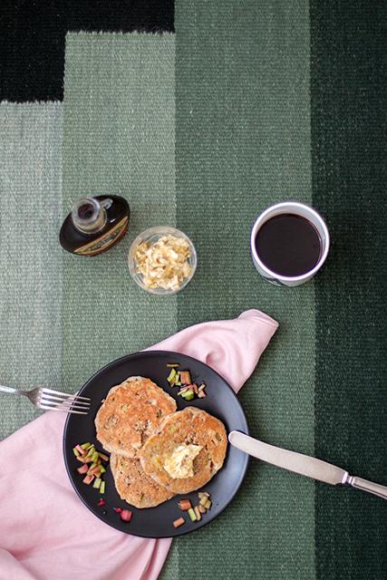 Rye pancakes with rhubarb, butter and maple syrup. Rågpannkakor med rabarber och smuldeg och lönnsirap. Det blir bara pannkaka.