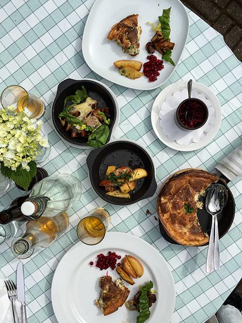Jag har gjort en roadtrip i Skåne och ätit äggakaka (skånsk matpannkaka serverad med lingon, smörstekta äpplen, svamp och ost). Störtgott.