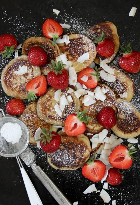 En annan blogg-/instagramfavorit är  By Diadonna . Hon tycks också ha en fäbless för pannkakor och lägger ofta upp bilder på pannkakor som får mig att vilja rusa till spisen. Som de här kokospannkakorna med färska jordgubbar och kokoschips!