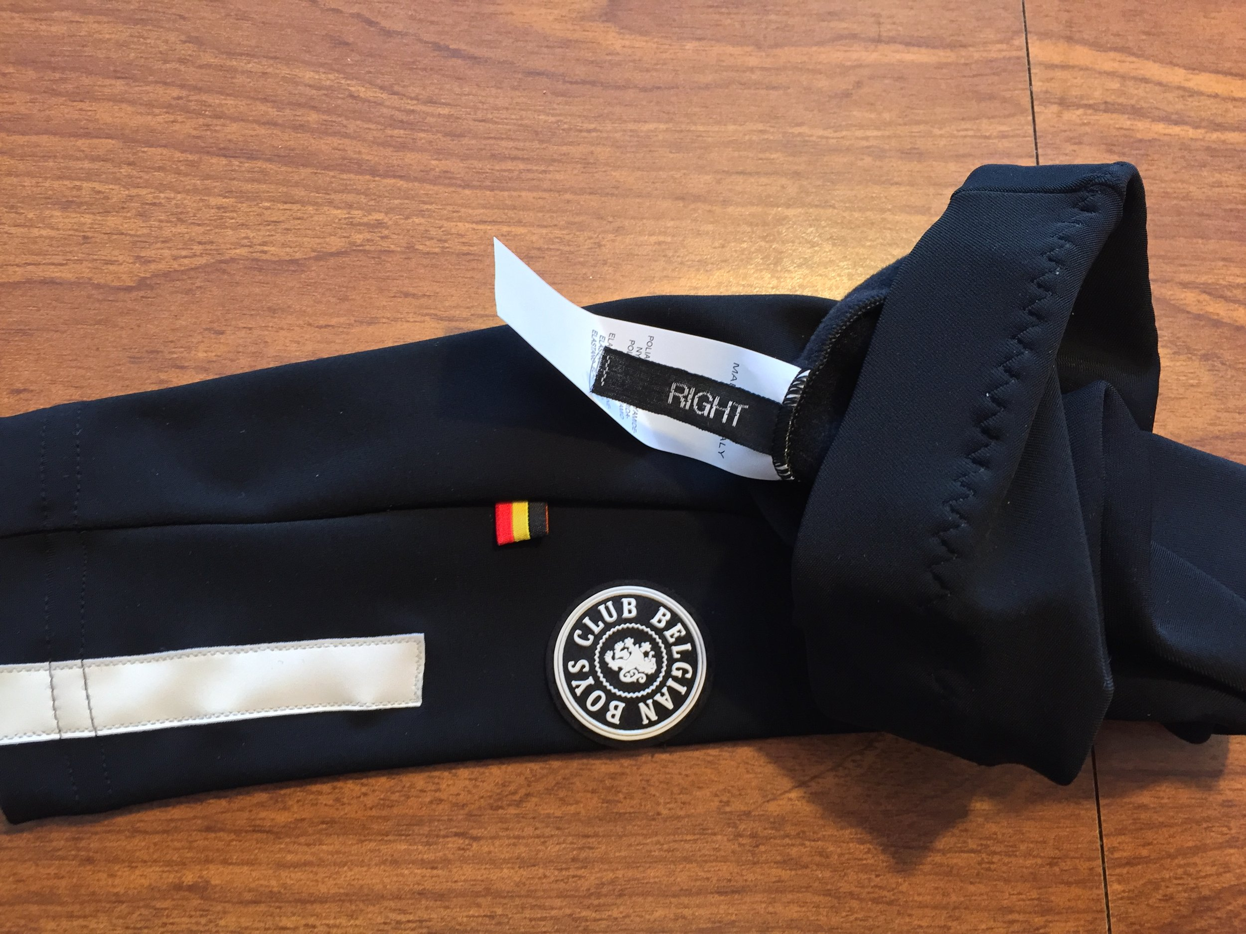 Belgian Boys Club Eddy warmers come with side-specific fit. Here the arm warmers tags show not only the side, but also the Made in Italy tag. Also featured on the arm warmers are the reflectors on the cuff.