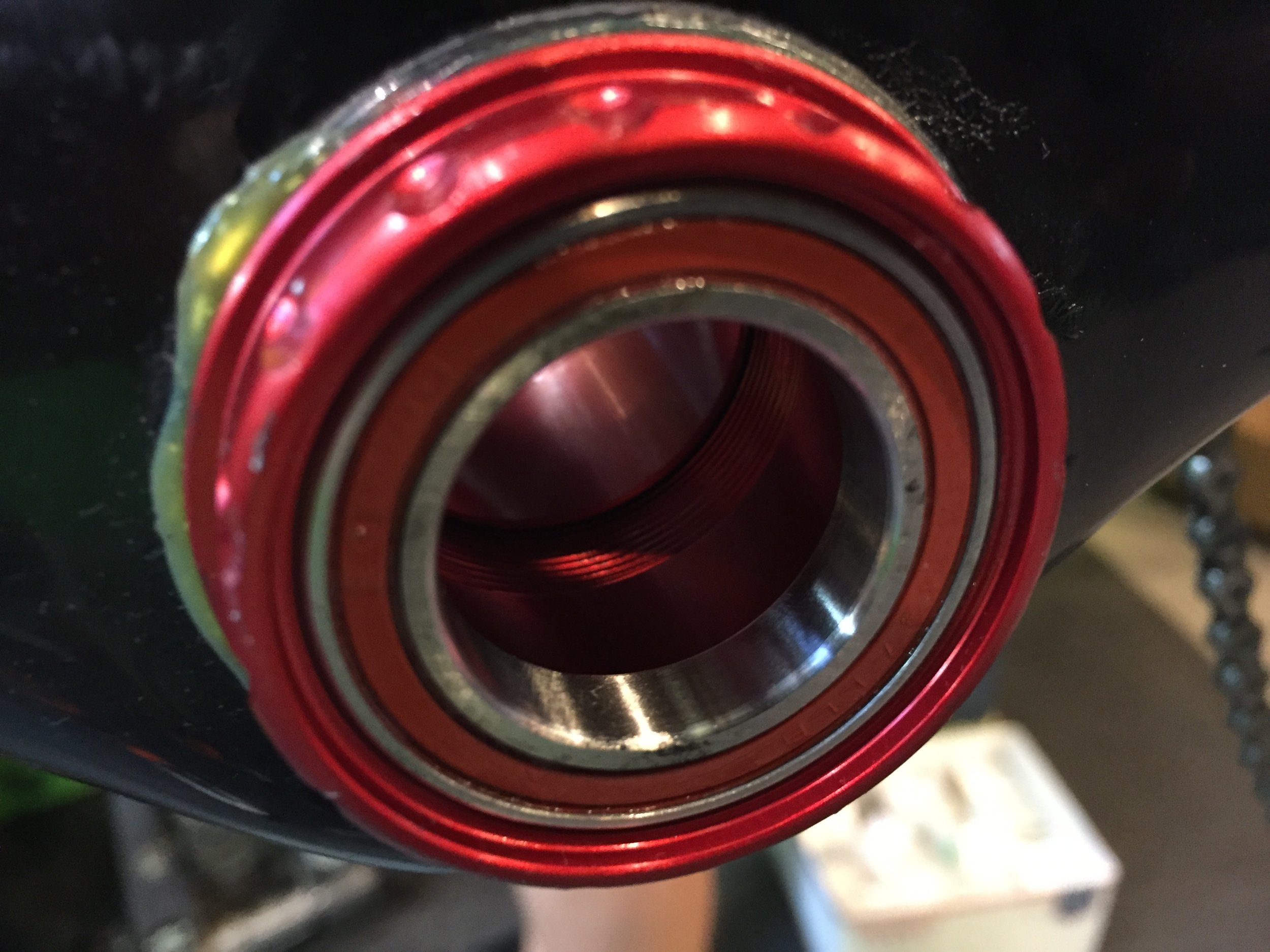 The bottom bracket installed after fewer than three minutes. The outboard part of the bottom bracket is visible when riding. The spacers have been replaced by the outboard part of the bottom bracket.
