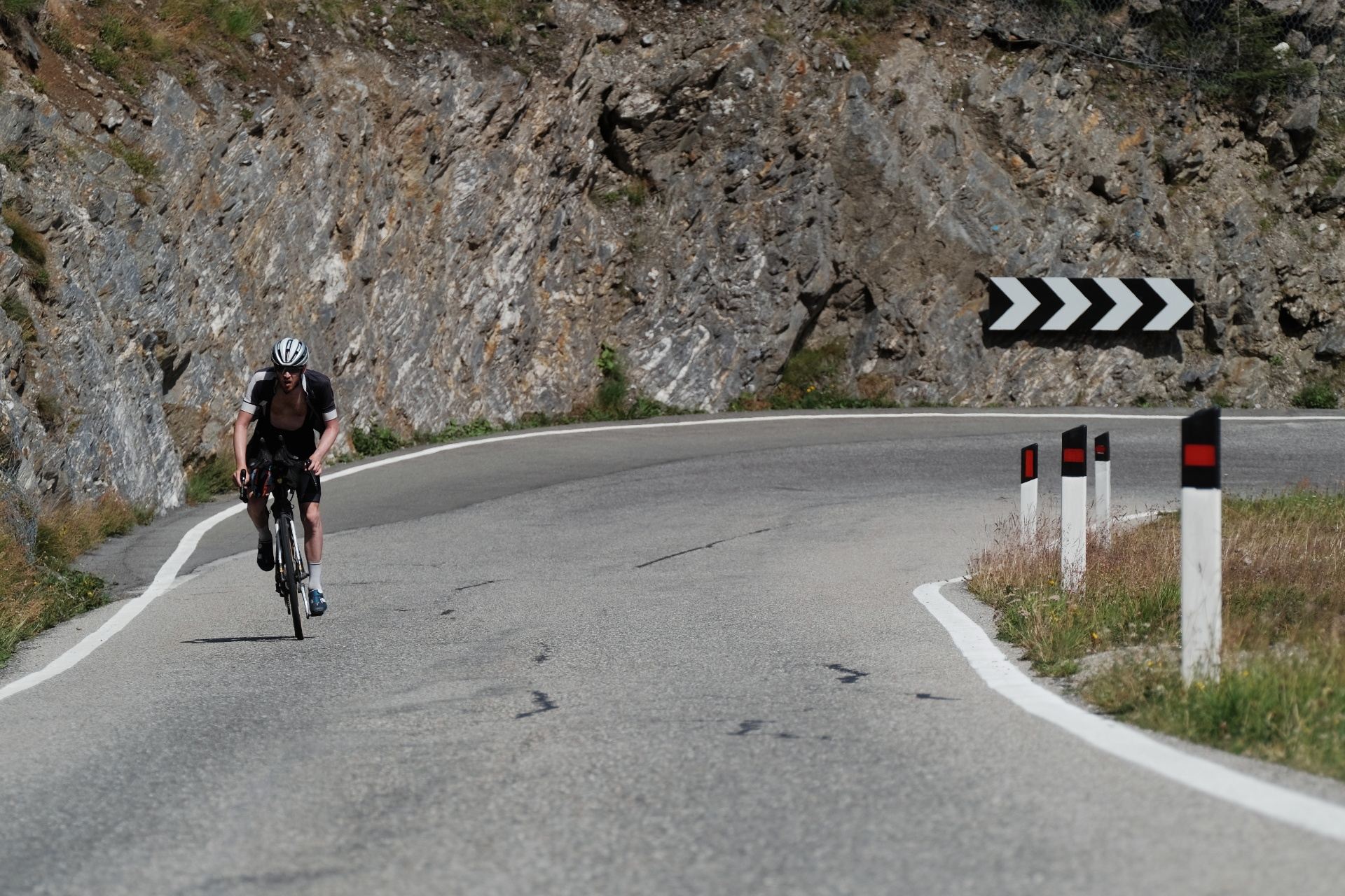 Sam Thomas tackles the Passo Gardena. Photo: Angus Sung©
