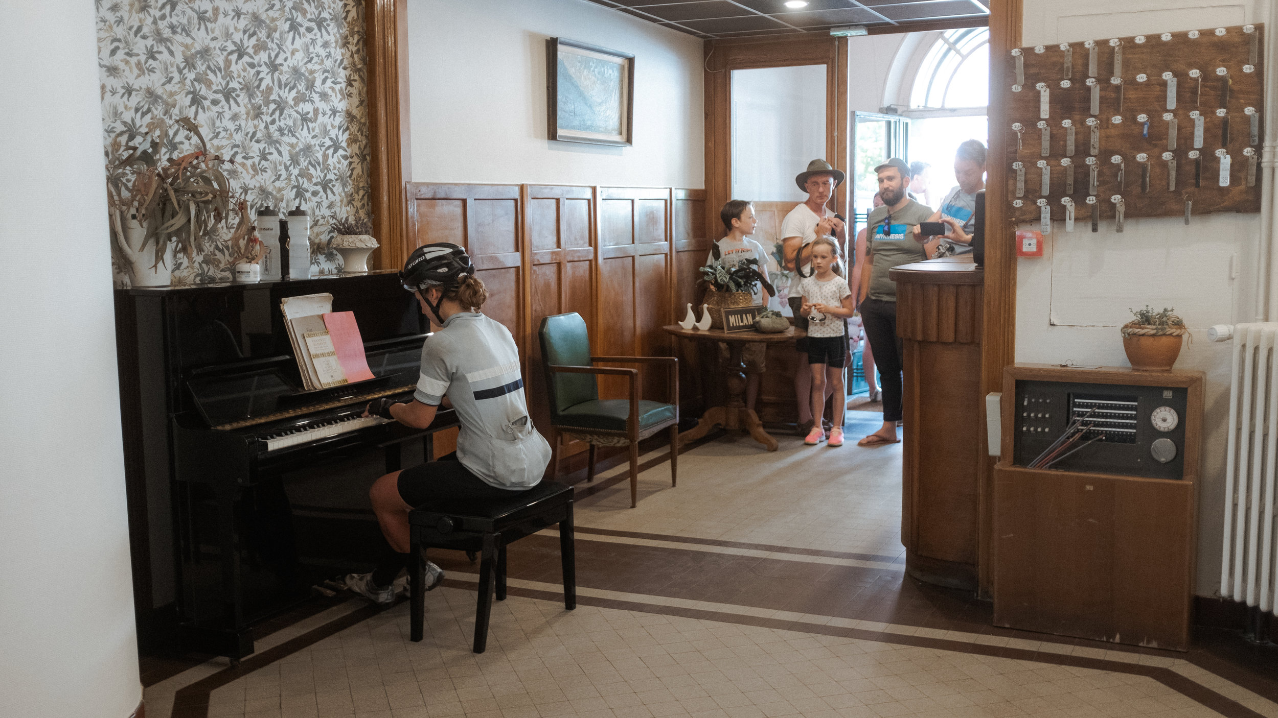 Fiona entertains a crowd at the Control Point 4 at Hotel de Milan in Bourg d'Oisans.