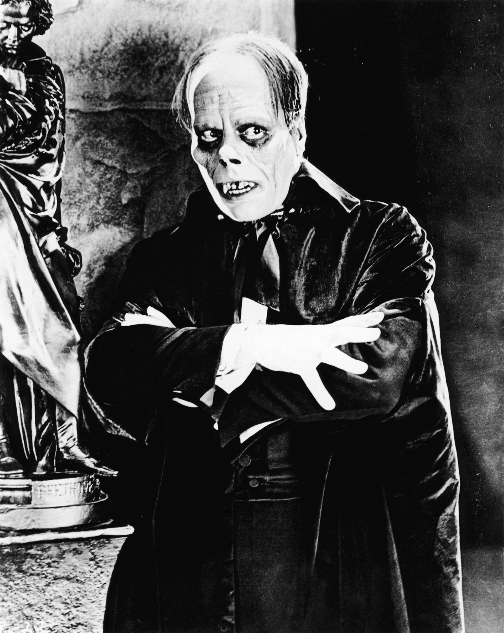 Lon Chaneyas the phantom in the 1925 film -