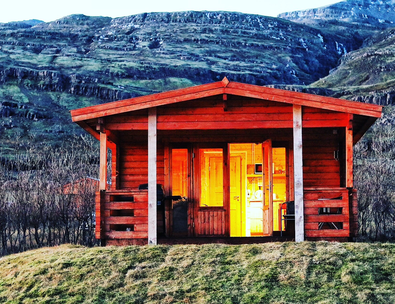 Djupivogur - Beautiful cabin nestled between the mountains and water.