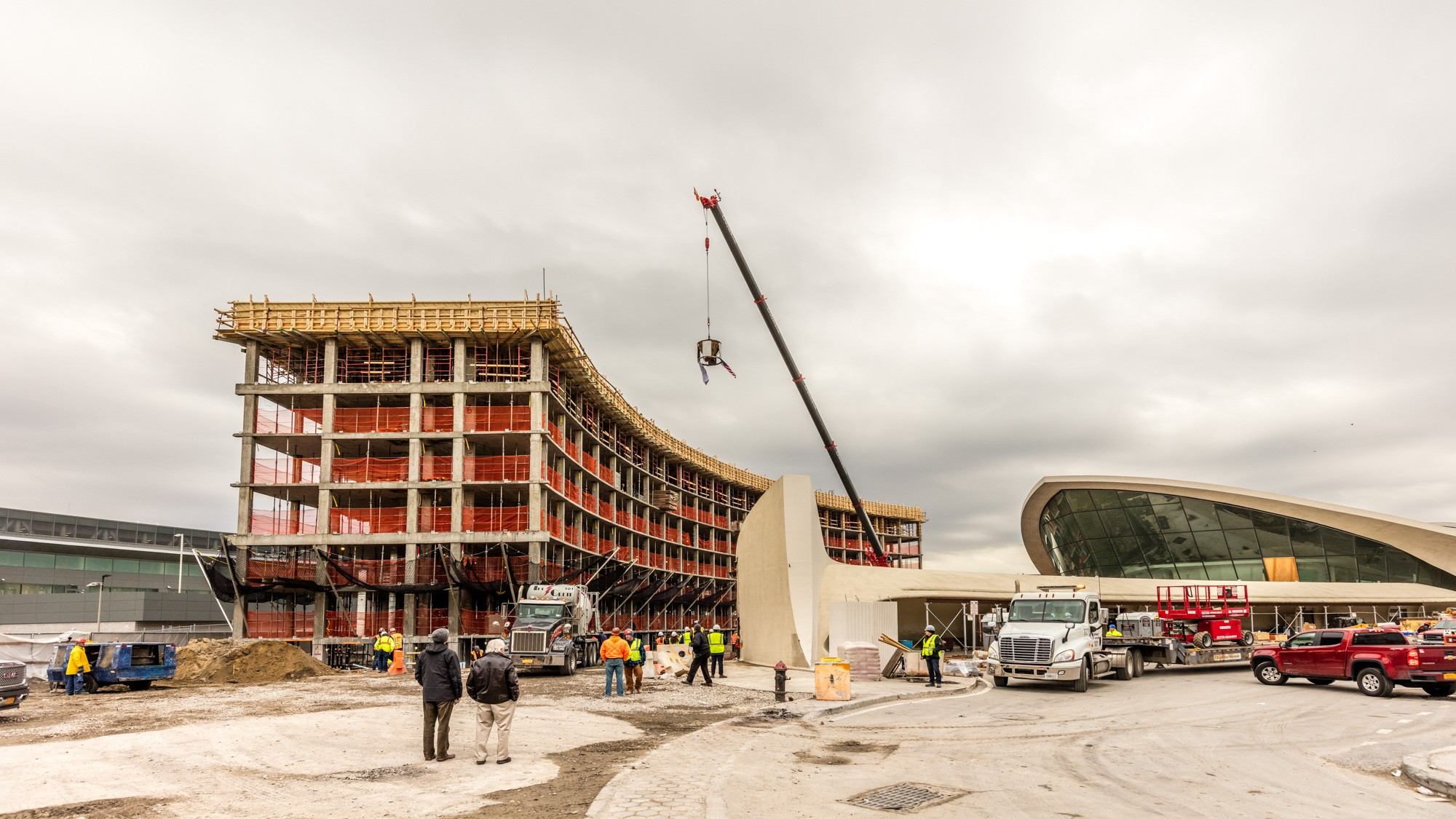 2-TWA-Topping-Out-TWA-Hotel-flag-and-American-flag-raised-by-crane-above-the-north-hotel-structure-Max-Touhey.jpg
