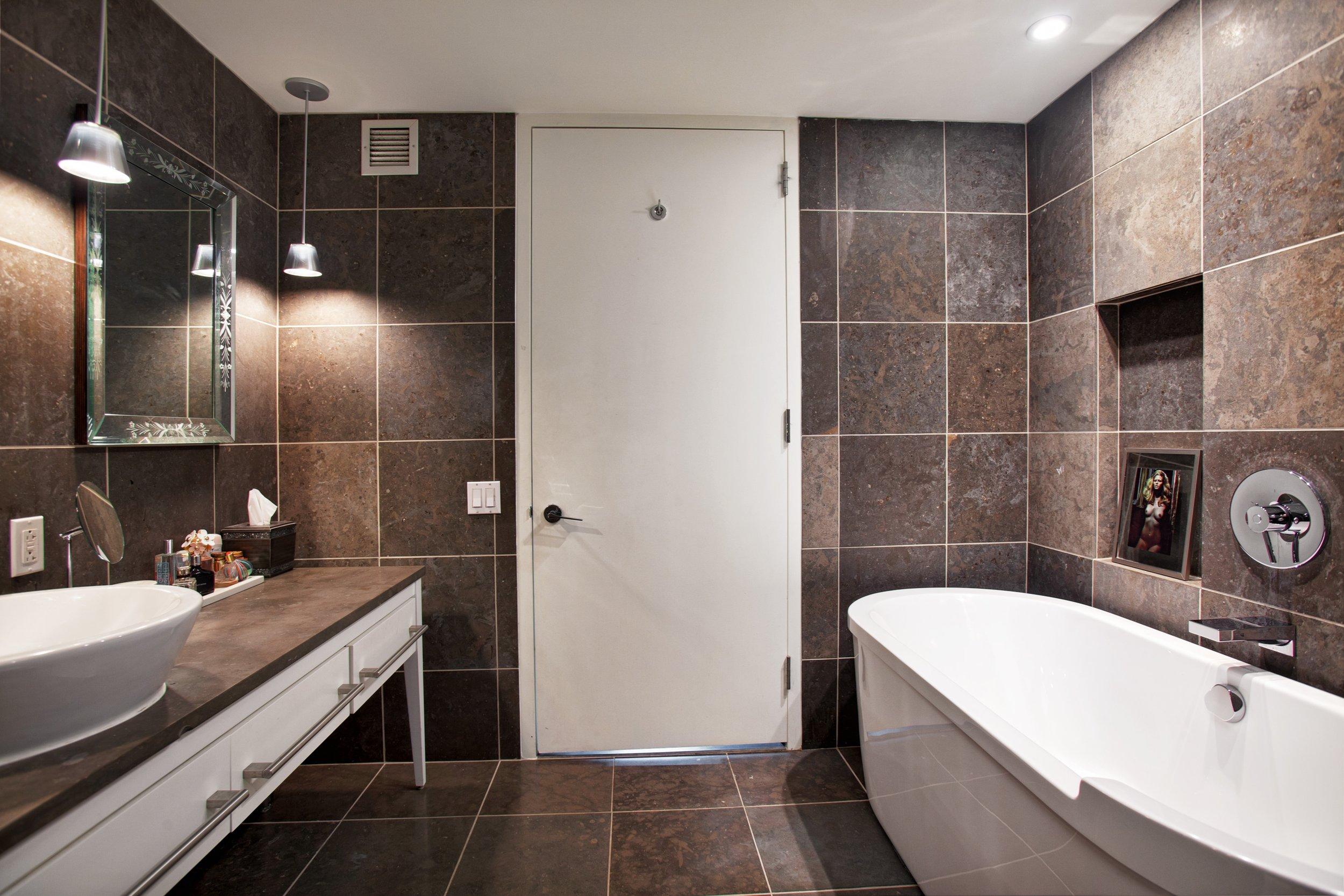 bathroom_Hi.JPG