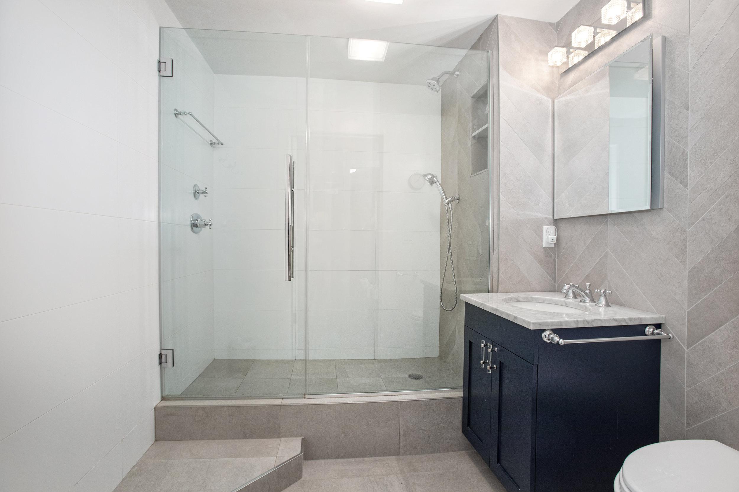 205_3rdave7l-bath2.jpg