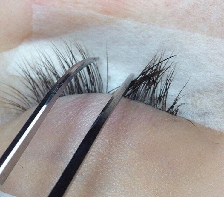 A properly isolated natural lash ready for an eyelash extension to be applied.
