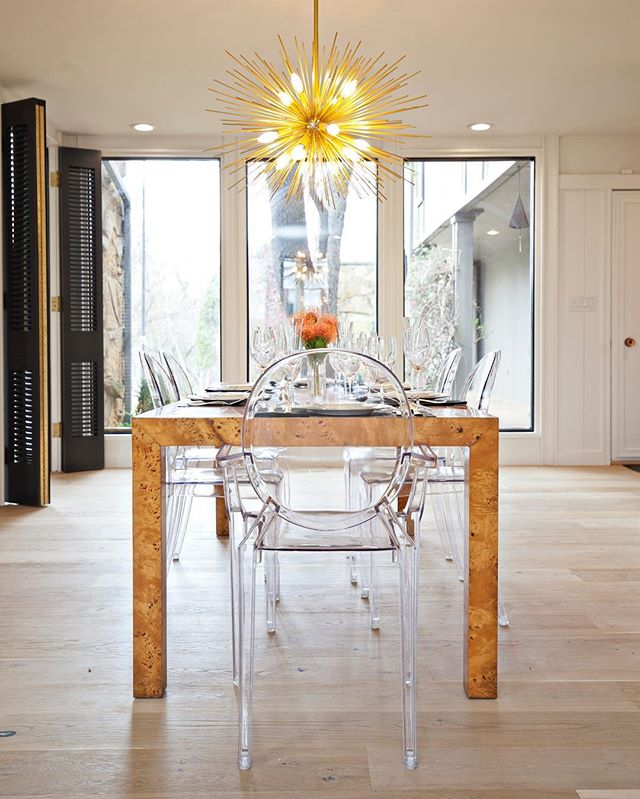 Loving this vintage burlwood dining table in this modern home//#ivyhouseinteriors @rossflintonhomes 📸 @photosbyesther