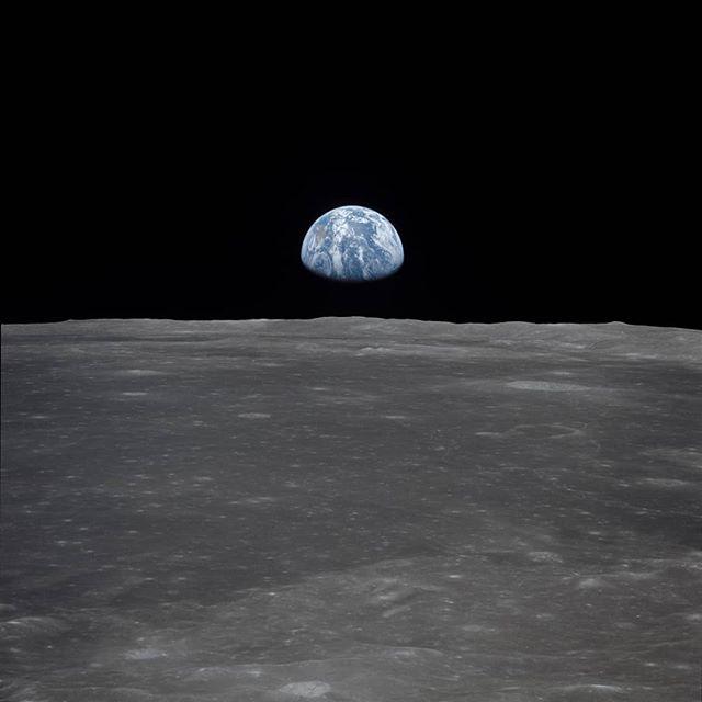 'Miren la Luna hoy, está hermosa,' el mensaje llega en varios grupos de Whatsapp en una noche como esta. Es de las pocas cosas de la que nos asombramos aun viéndola todas las noches. Ese minuto que tomamos de nuestra vida ocupada, llena de preocupaciones que se esfuman al poco tiempo, en ese minuto despejamos la mirada de lo terrenal, del celular y los problemas y miramos hacia arriba.  50 años atrás aterrizamos en la Luna, nosotros, todos. Un conjunto, la humanidad. Porque cada paso, cada descubrimiento nos llevó a aterrizar en nuestra compañera eterna, nuestra aliada nocturna.  Entre los recuerdos más memorables del astronauta Michael Collins, en Apolo 11, fue el mirar a la Tierra desde la distancia, algo que ahora le llaman el 'efecto overview.' Ver la Tierra desde el espacio, tan frágil, tan hermosa, tan pequeña, da otra perspectiva sobre unidad humana, sobre la humanidad.  El resto desde la Tierra, mira la Luna. Nos despejándonos por unos segundos de nosotros mismos, y recordamos lo vasto que es el universo, lo lejos que hemos llegado, y el futuro que nos espera juntos. 'Miren la luna hoy.' Enter  Foto: NASA
