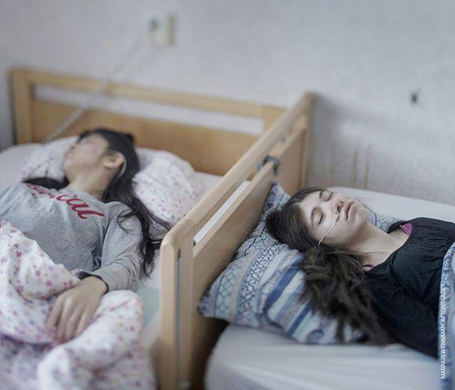 Fino al 27 Maggio, @WorldPressPhoto 2018 a #PalazzodelleEsposizioni di Roma.  Djeneta e Ibadeta sono due rifugiate rom, dal Kosovo. Djeneta è immobile e non risponde da due anni e mezzo, sua sorella Ibadeta da più di sei mesi, con la uppgivenhetssyndrom (sindrome di dimissioni), a Horndal, in Svezia. La sindrome da dimissione (RS) rende i pazienti passivi, immobili, muti, incontinenti e incapaci di mangiare e bere. Per molti, la sindrome è innescata dal rifiuto di una domanda di residenza. ©@magnuswennman, #resignationsyndrome #People, #firstprize #singles  #WPPh18 #worldpressphoto2018 @palazzoesposizioni @10bphotography #professionalphotography #photography #photo #photooftheday #girl #all_shots #sister #sisters #refugees #photocontest #rome #exhibition
