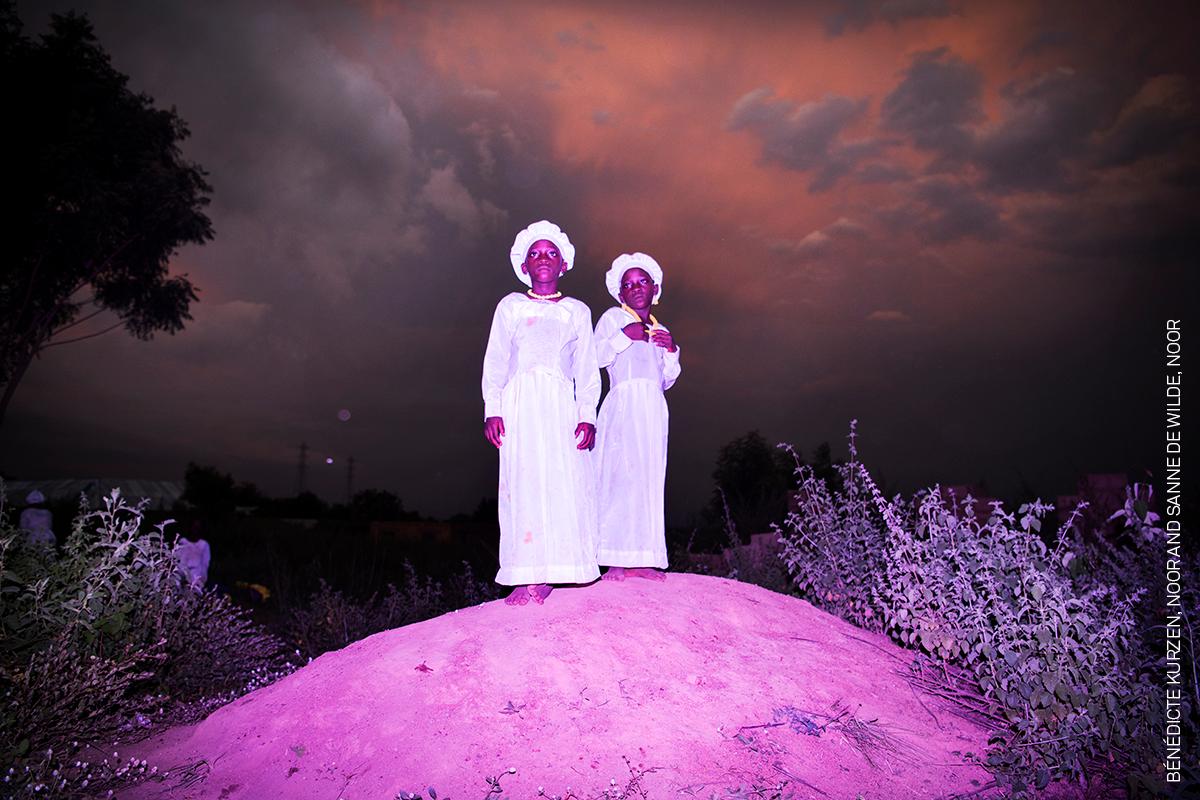Double Trouble, Blessed Twice,   Bénédicte Kurzen , Noor e  Sanne de Wilde , Noor  Vestite con abiti religiosi, due sorelle gemelle stanno su una collina vicino a Igbo-Ora.