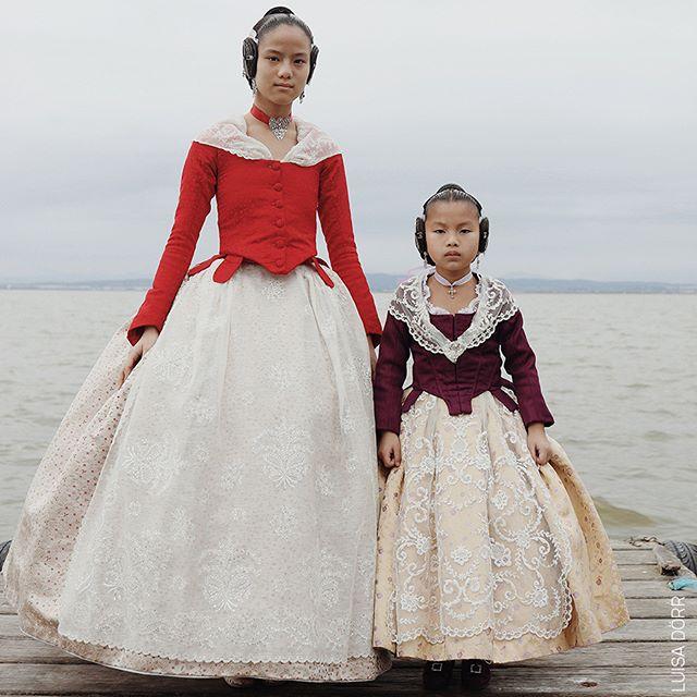 4.10 - 3.11 | PAC- Padiglione d'Arte Contemporanea  Realizzati principalmente in pizzo e seta, i costumi da fallerà sono i protagonisti di uno dei festival più famosi della Spagna, Las Fallas a Valencia. In foto due sorelle nate in luoghi diversi, rispettivamente in Cina e in Vietnam, partecipano insieme al festival. Scatto di @luisadorr, 3° premio, Ritratti @WorldPressPhoto  @10bphotography @internazionale #wpph2019 #potrait #potraitawards #sisters #valencia #hogueras #fogueres #vivesymari #falleras #falleramayor #fallera #hechoamano #arte #wlf #tradicion #val #a #lvora #ncia #fallesunesco #lamillorfestadelmon #artesania #fallero #indumentariavalenciana #valenciaenfallas #bhfyp