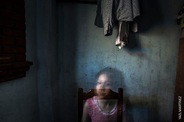 """#WPPh2019 ➡ FERRARA📍 """"La giuria è rimasta molto colpita da questa storia di #YaelMartinez, da come mostra qualcosa che non c'è: come si possono fotografare persone che sono scomparse? In queste immagini, il focus è su ciò che non si vede..."""" Così #WhitneyJohnson, presidente della giuria per il #concorso @WorldPressPhoto #2019 commenta la #storiavincitrice di @yaelmtzv. Vieni a scoprirla al PAC-Padiglione d'Arte Contemporanea di #Ferrara fino al 3.11! 📍 . . . #wpp #worldpressphoto #worldpressphotofoundation #LaAmFF #thehousethatbleeds #eni #fast @10bphotography #internazionale #intfe2019 #pac #contemporaryart #exhibition #mostreferrara #ferrararte @comunediferrara #emiliaromagna #italy #todo #events #photocontest #bigissues #bestphotos #photojournalism #jury"""