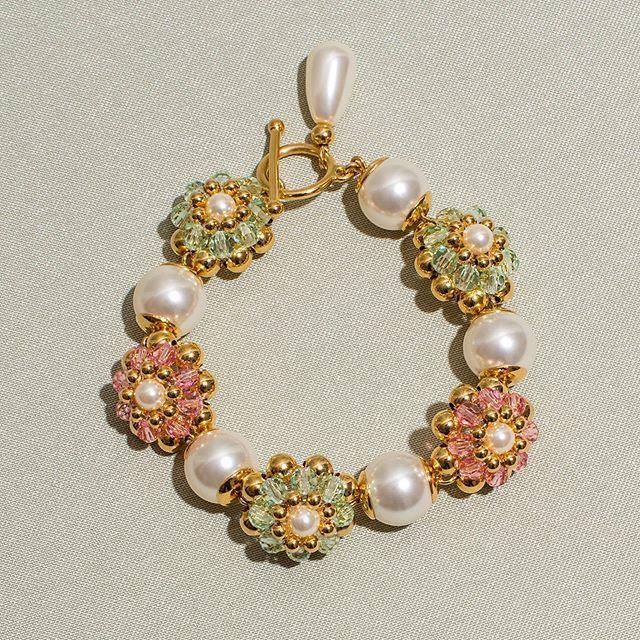Notre fameux savoir-faire de tressage de perles et cette fois revisité en s'inspirant des chambres florales des années 80s 🌸 Bracelet Sweet Dreams #chabaux