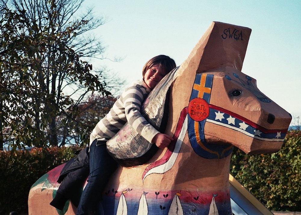 På en häst på lekterapins-lekplats på Visby lasarett - precis efter blodtransfusion (ler ändå haha)
