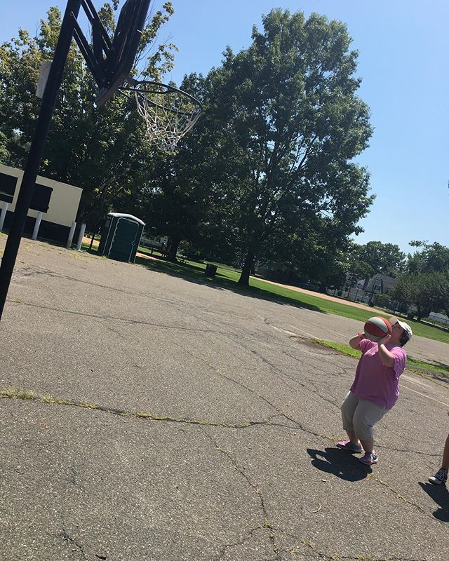 Lily shooting hoops this afternoon 😀⛹️♀️🏆