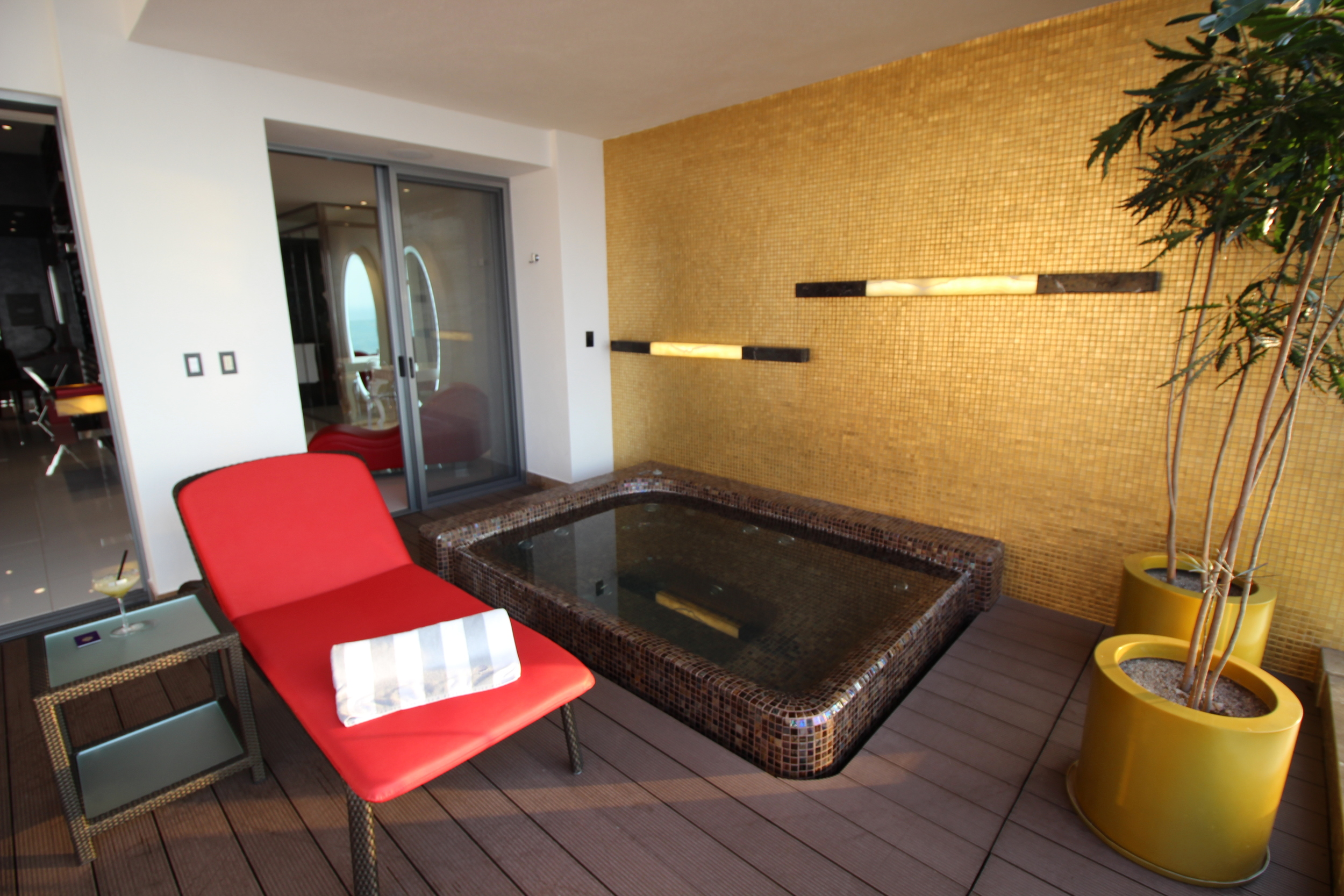Private plunge pool/hot tub on balcony