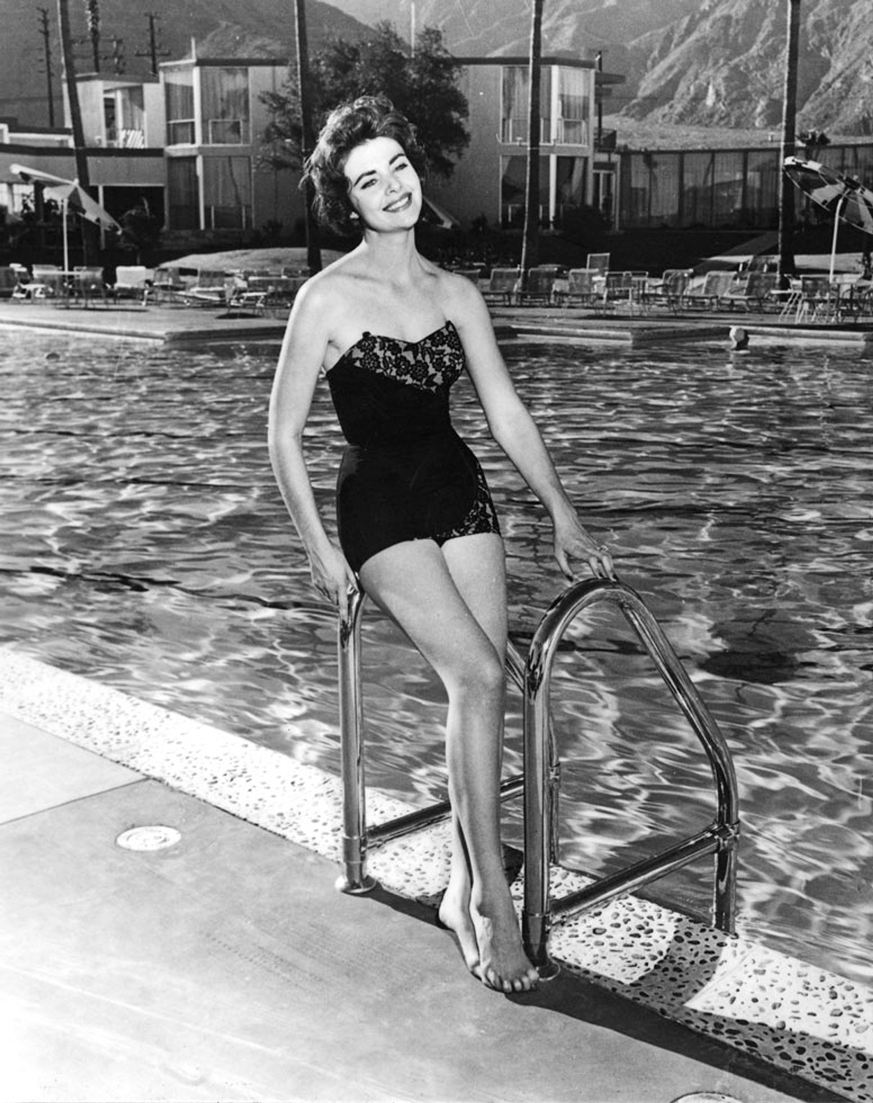 Elizabeth Taylor poolside