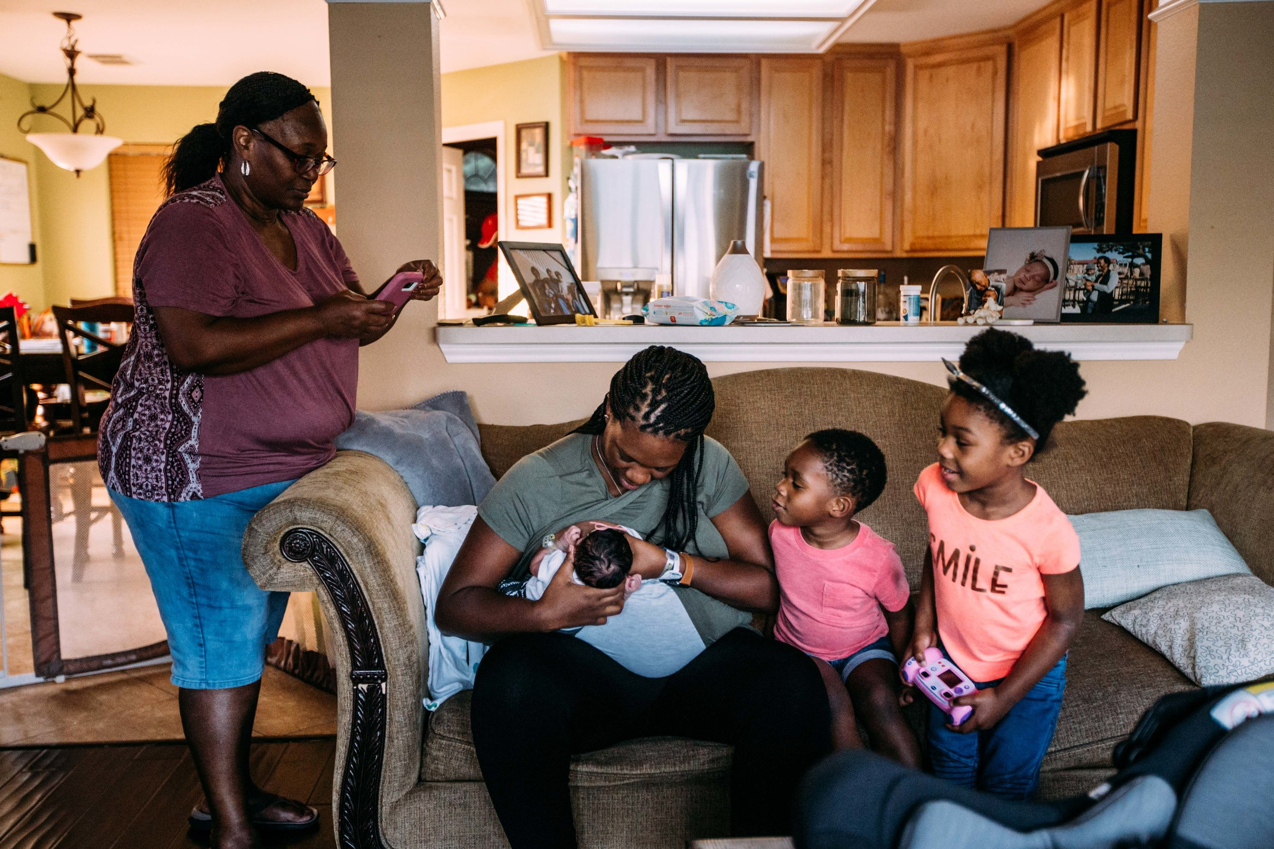 family brings home newborn-3.jpg