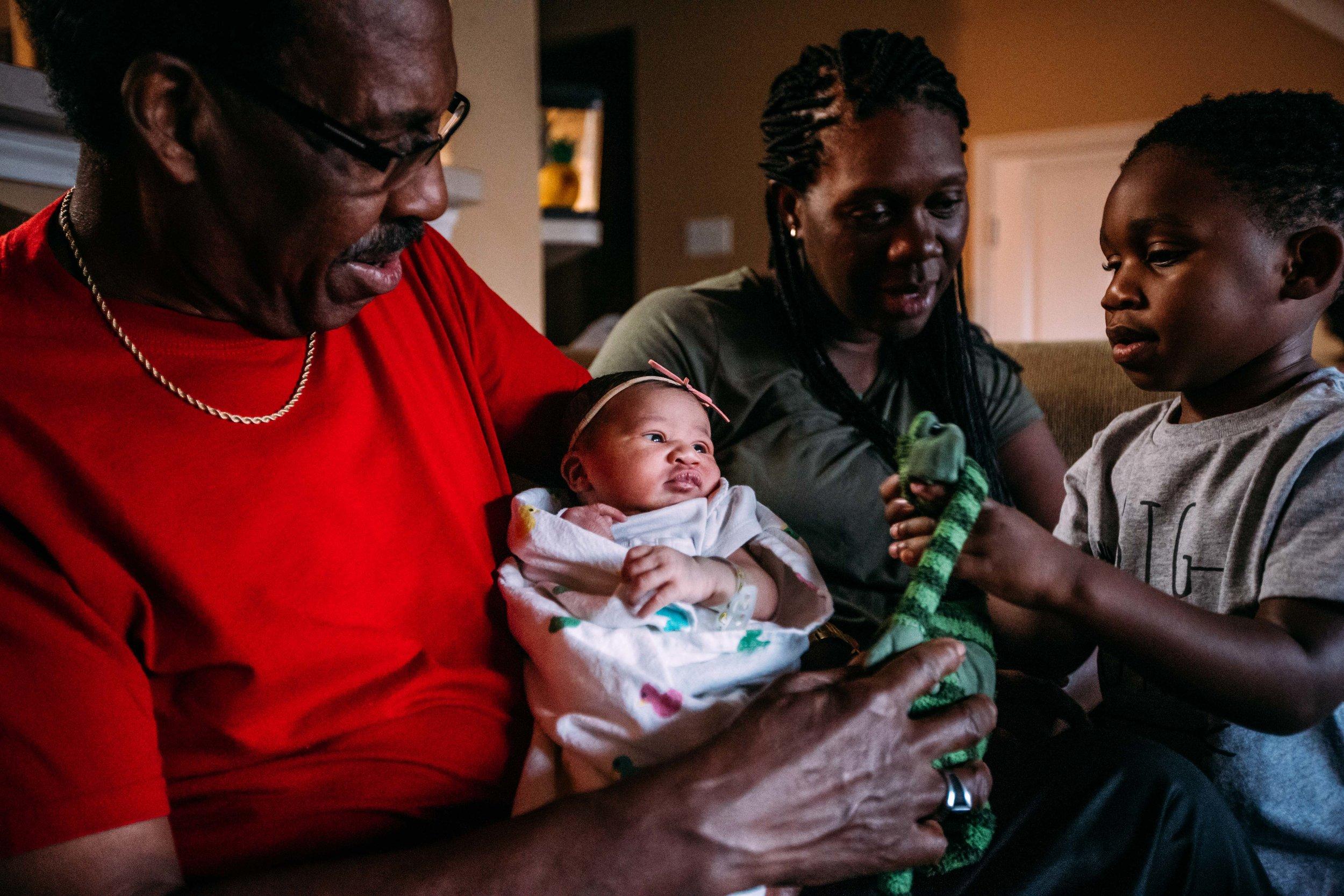 family brings home newborn-10.jpg