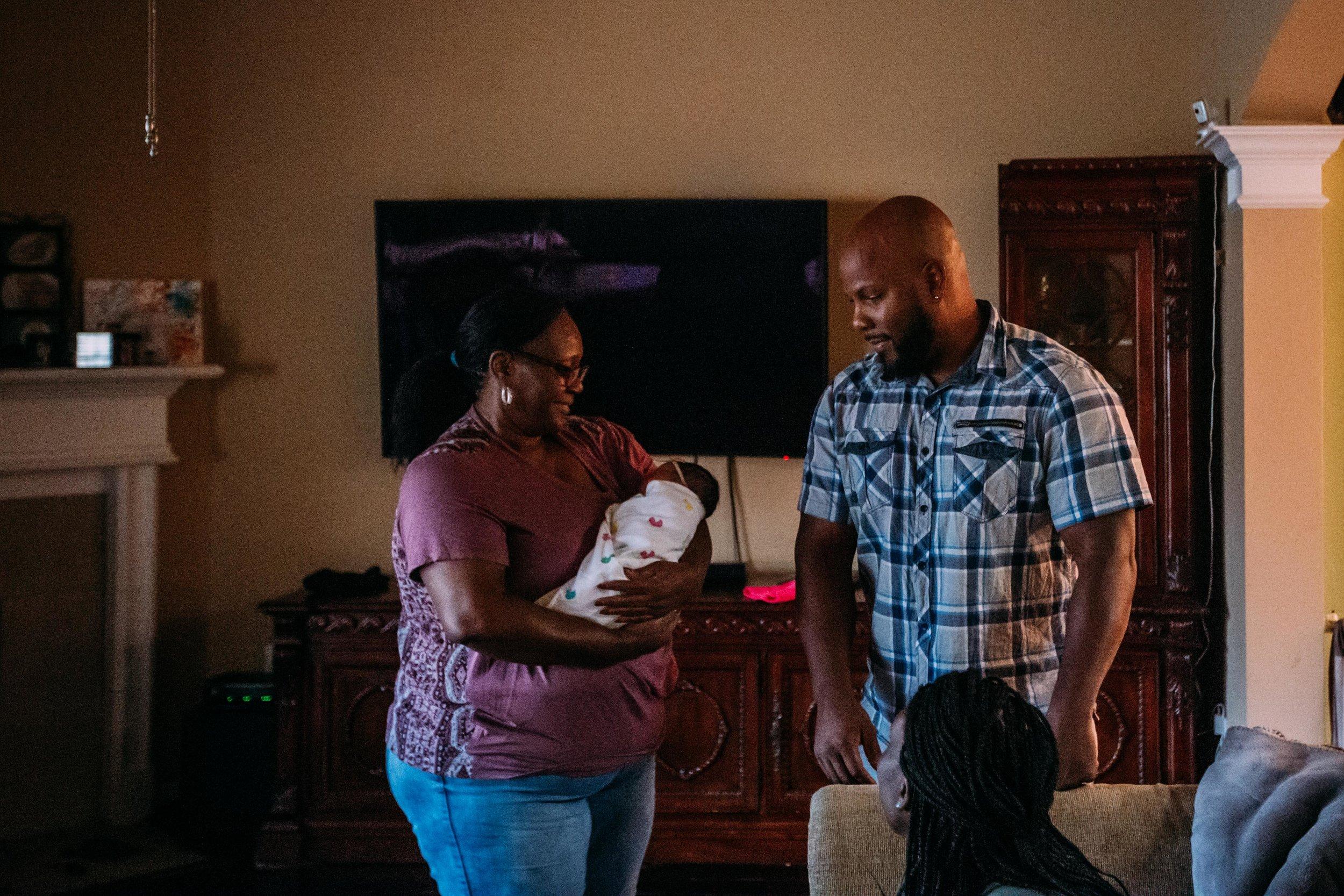 family brings home newborn-9.jpg
