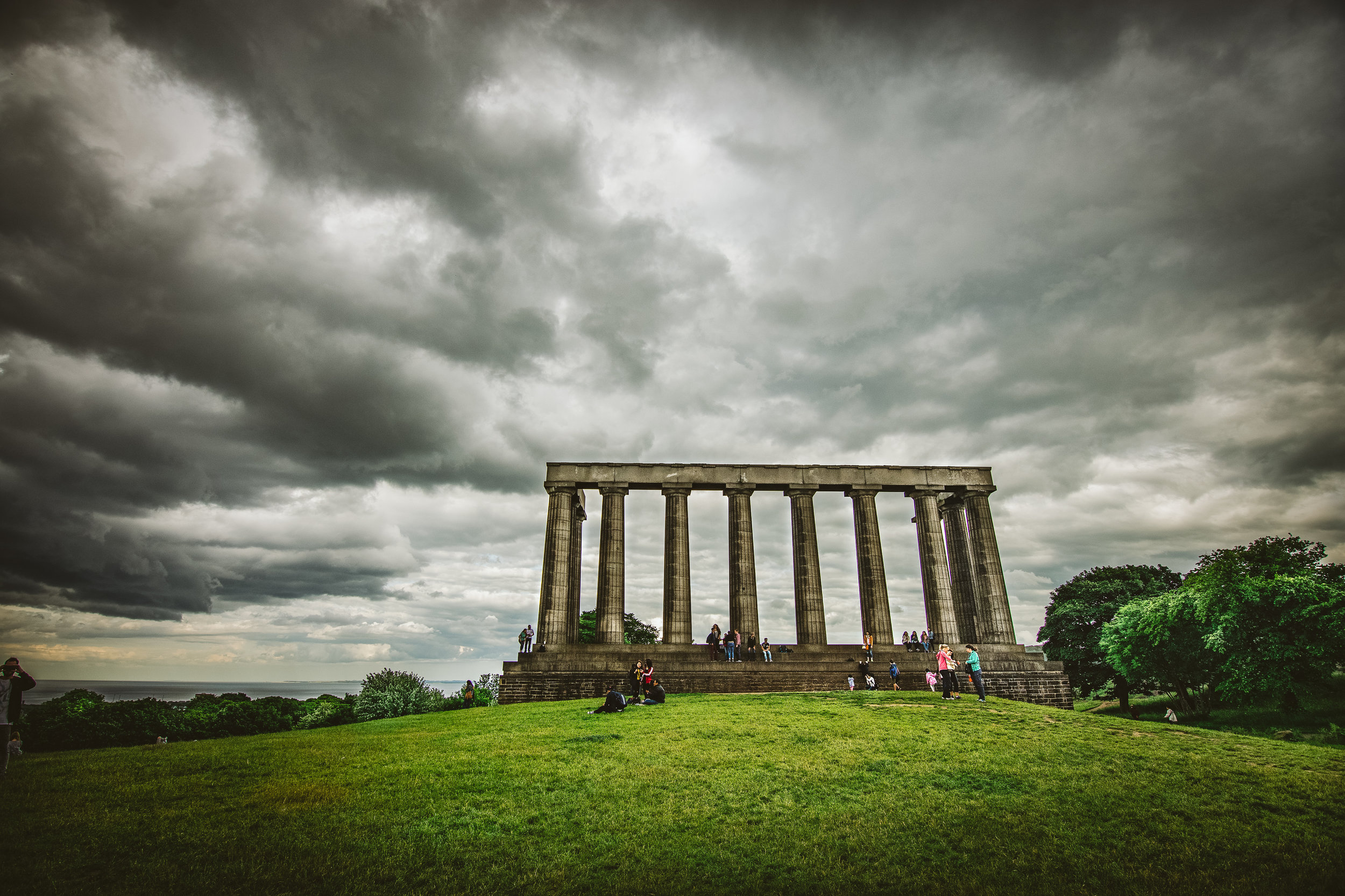 """Again with the multiple names, here's the National Monument of Scotland to honour soldiers & sailors. Because it wasn't meant to look like a folly, but rather an actual replica of the full Parthenon until money ran out, other names include """"Scotland's Disgrace"""" and """"The Pride and Poverty of Scotland""""."""