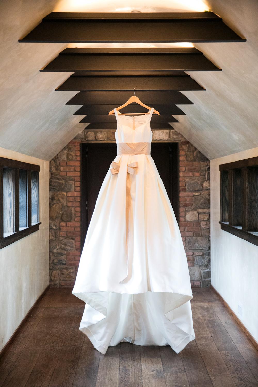 blue-hill-at-stone-barns-wedding-gown-carolina-hererra.jpg