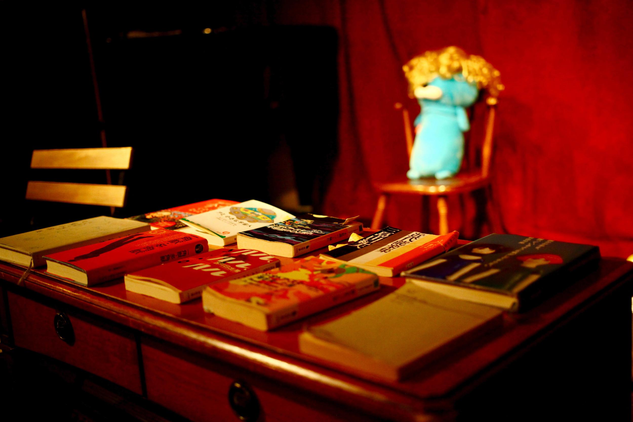 時にはカットアップの音楽の如く、数冊を横断し読み上げるシーンもありながら