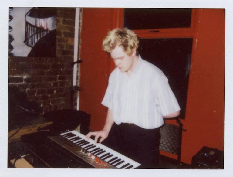 イングランドマンチェスターを拠点に活動するエクスペリメンタル・ポップアーティスト。自身のレーベル「Maybles Labels」から、三島由紀夫、1988年ソウルオリンピック、ソビエト社会主義共和国連邦といった、広範囲な題材をテーマにした作品をリリースしている。Scott Walker、Yellow Magic Orchestraに影響を受ける。2015年にリリースしたアルバム「The Tigers Of Mount Paektu」がThe Quietusのベストアルバム・オブ・ザ・イヤーに選ばれる。2016年にポスト・コミュニストによるヨーロッパツアー行い、先月韓国ソウルでの公演を終えたばかり。  https://maybles.bandcamp.com/album/bun-bu-ryo-do   https://youtu.be/-Dmm5_RvXkk   https://maybles.bandcamp.com/album/seoul-1988