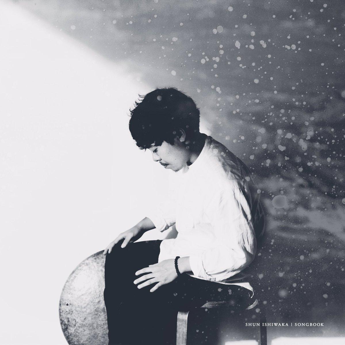 石若駿 Shun Ishiwaka Drums  北海道清里町生まれ。 幼少からクラシックに親しみ、13歳よりクラシックパーカッションを始める。 2002年~2006年まで札幌ジュニアジャズスクールに在籍し本格的にドラムを演奏し始め、その間、ハービー・ハンコック、日野皓正、タイガー大越に出会い多大な影響を受ける。 2015年、東京芸術大学音楽学部器楽科打楽器専攻を首席卒業。