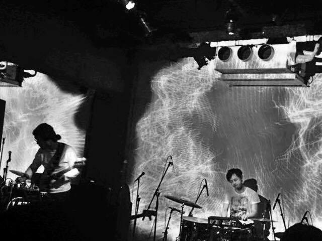 kinetic 千葉広樹(Bass)と服部正嗣(Drums)によるリアルタイムプロセッシング人力エレクトロニカリズムユニット。 これまでに1stアルバム「Kinetic」2016年6月にBlack Smoker RecordsよりOMSB、K-BOMB、志人をゲストに迎えた2nd Album「db」をリリース。これまでの共演はOMSB(SIMI LAB)、志人(降神)、K-BOMB、Boris Hegenbart(ベルリン)、Cal Lyall、大谷能生、千住宗臣、小林うてな。  http://kineticjapan.tumblr.com/
