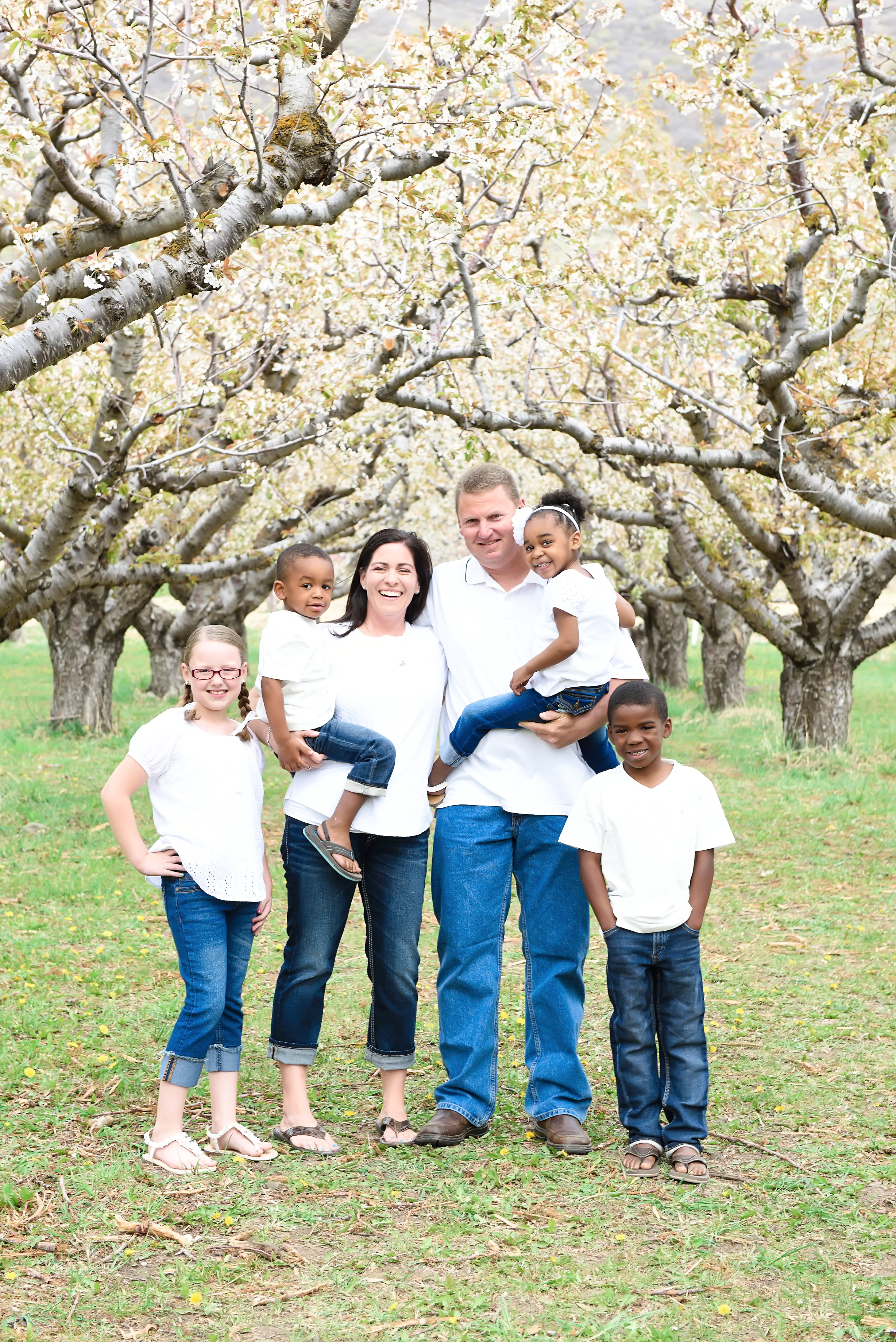 From left to right: Lauryn (10), Keaton (4), Lisa (43), Aaron (45), Keily (4), Payton (8)