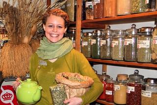 Elev bag ny serie af urte-te i Heksekosten