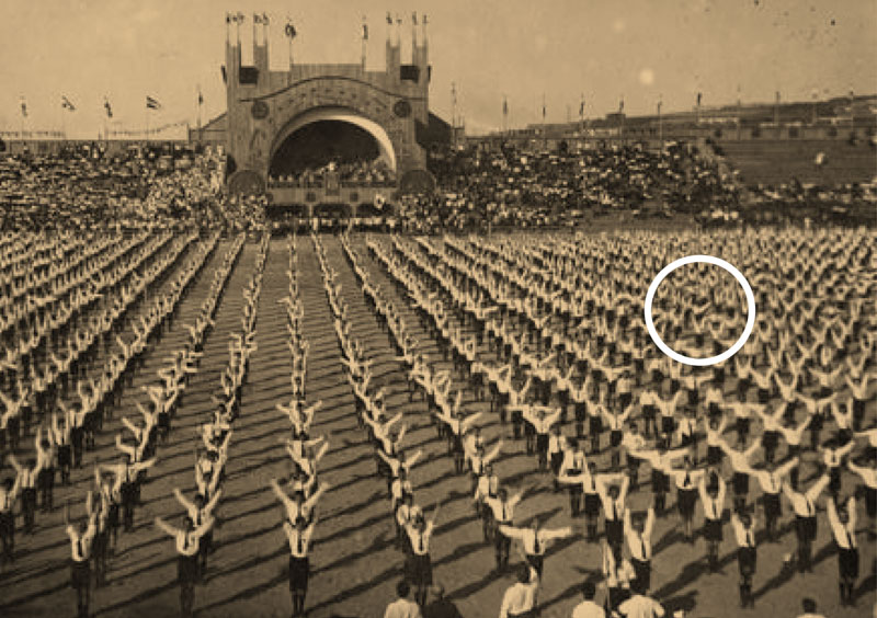 "Pripadnici ""Hiperborejske omladine"" na defileu sokolskih društava kraljevine SHS  (na slici sredina, desno),  u pozadini se vidi svečena kraljevska loža."