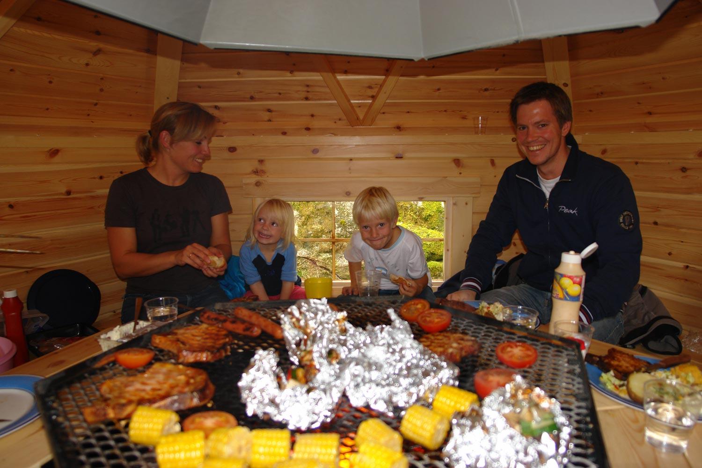 Familiekos i grillhytta på Lunde