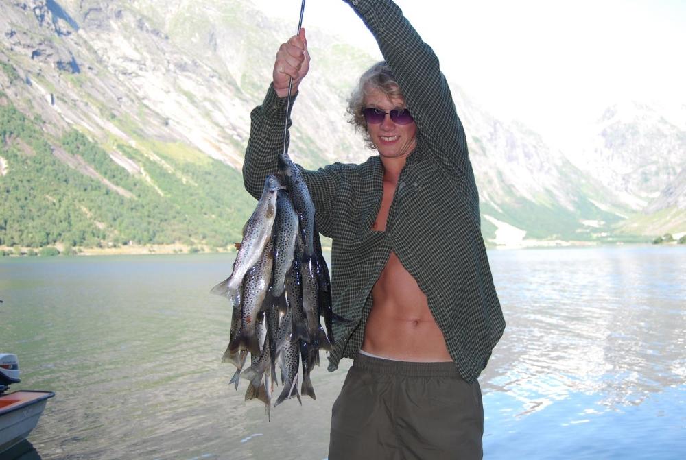 Fornøgd med dagens fangst av Jølstraaure Kjøsnesfjorden