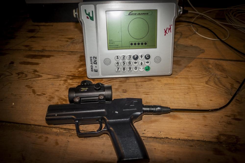 Eko Aims pistol og monitor
