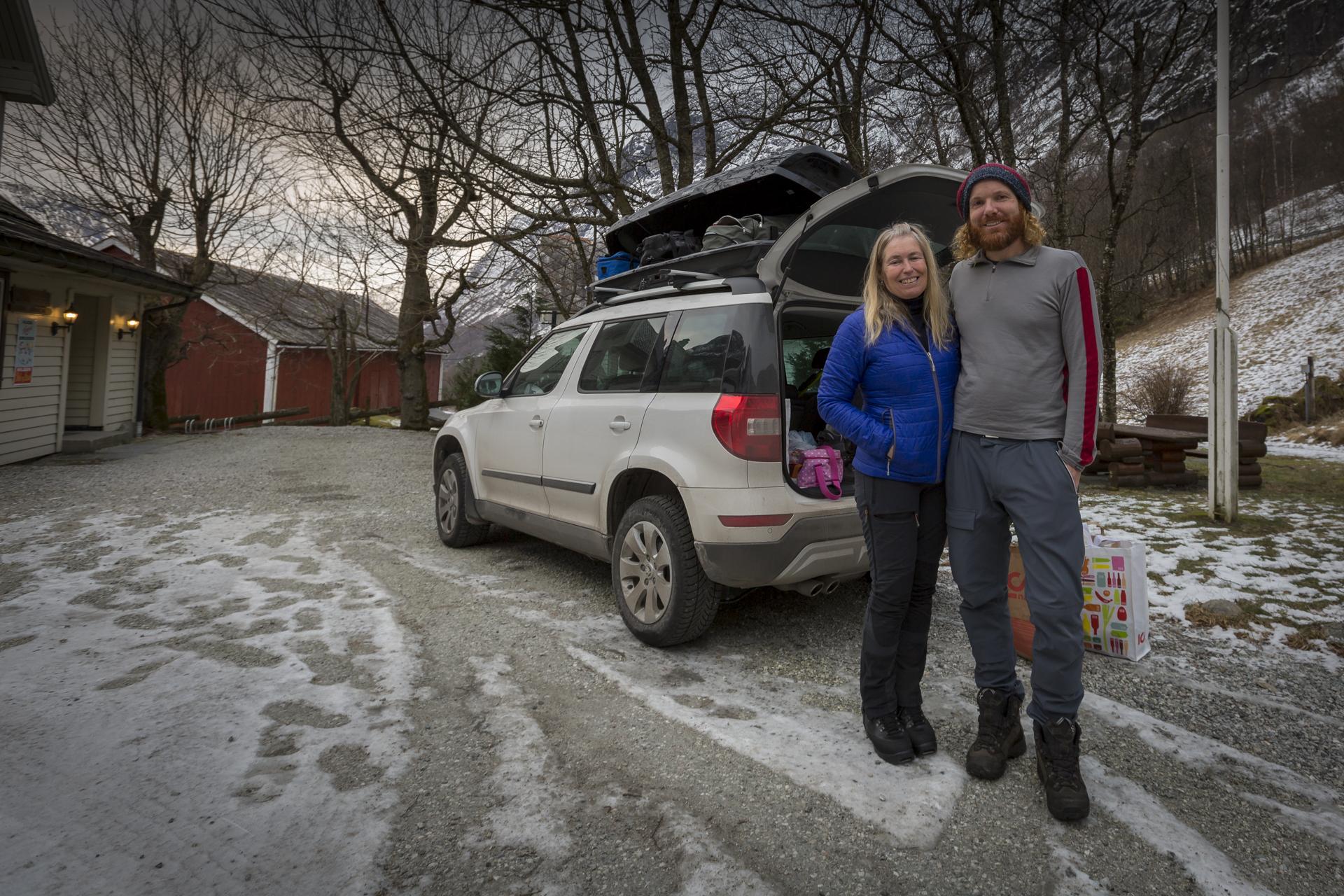 Lars og Maria framfor Lunde Turiststasjon Foto: Atle Lunde