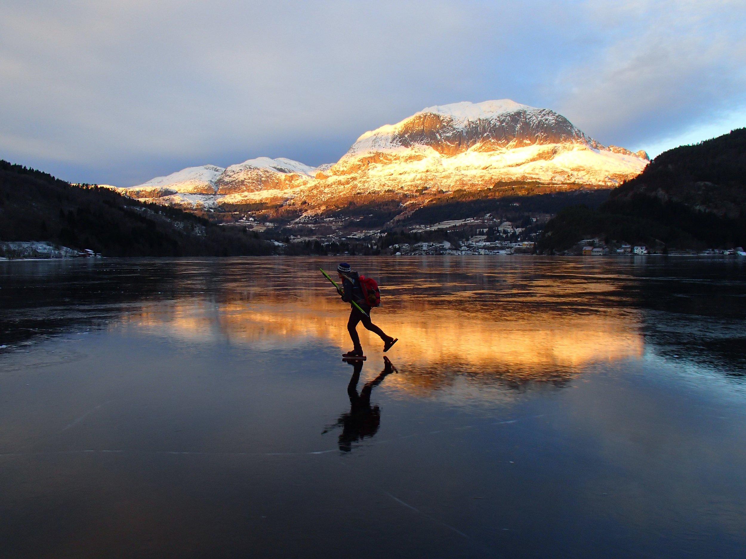 Sjøis i Bygstad, Kvamshesten speglar seg i isen. Foto: Lars/Marie