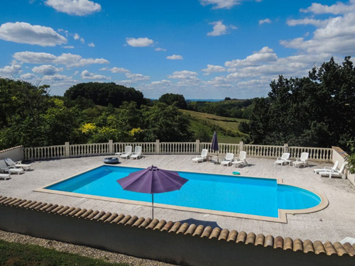 Yoga retreat pool at the Chene yoga in South West of France