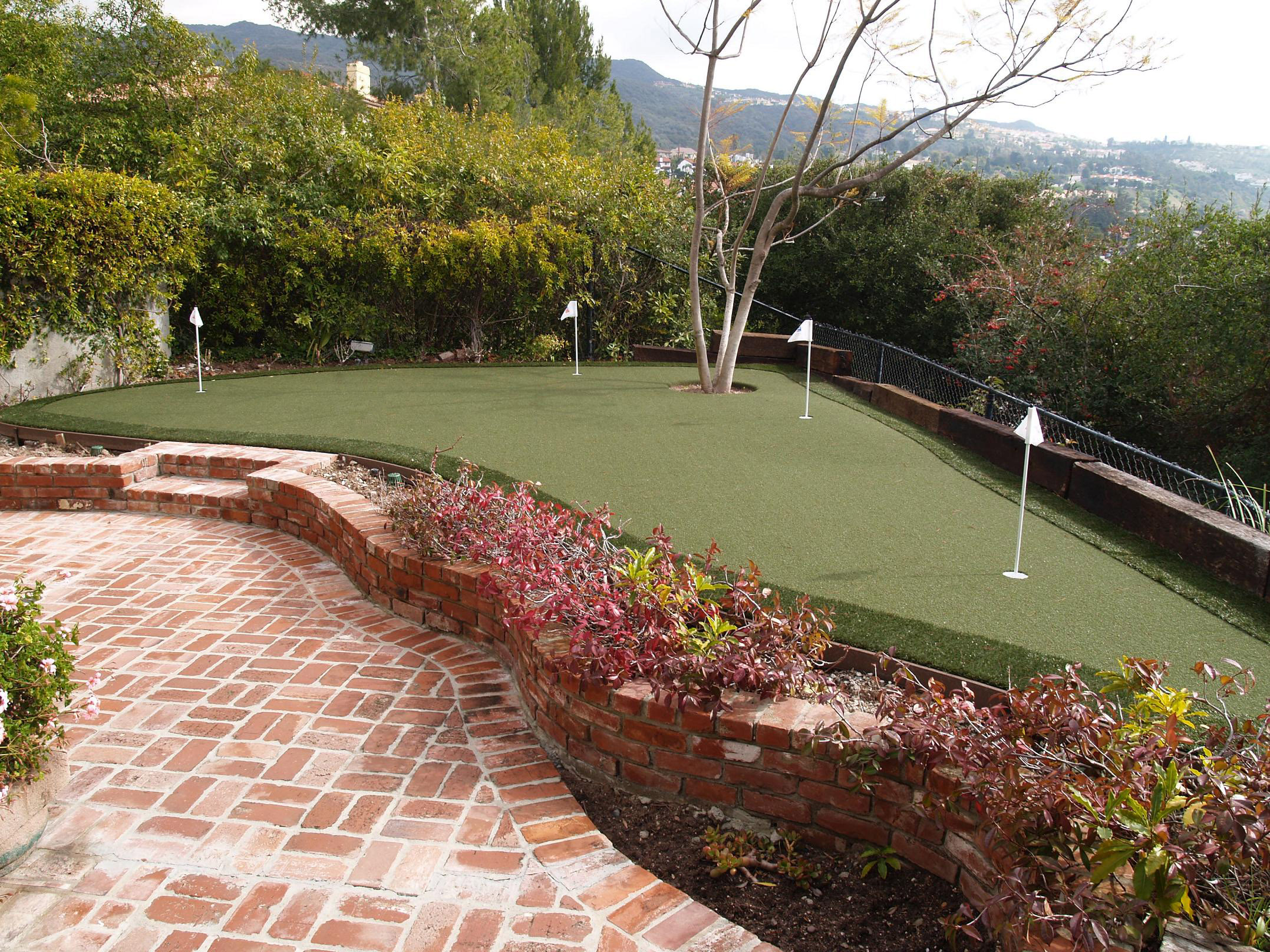 Synthetic putting green with pavers