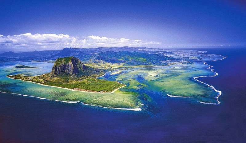 Absolutely-Stunning-Illusion-of-an-Underwater-Waterfall-in-Mauritius-1.jpg